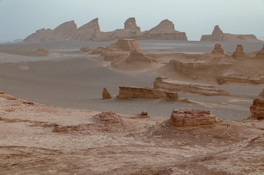 La región de Kaluts, en el desierto de Dasht-e Lut, en Irán, con preciosas formaciones rocosas en medio de la arena gris oscuro