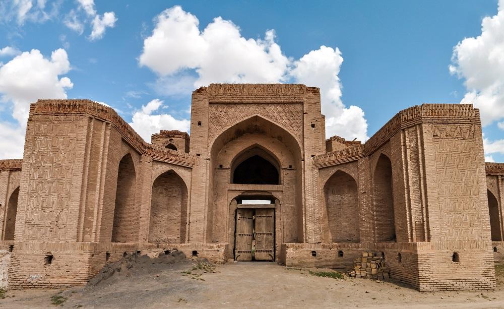 Antiguo caravanserai abandonado donde paraban las caravanas de la Ruta de la Seda, en la ruta del Khorasan, Irán