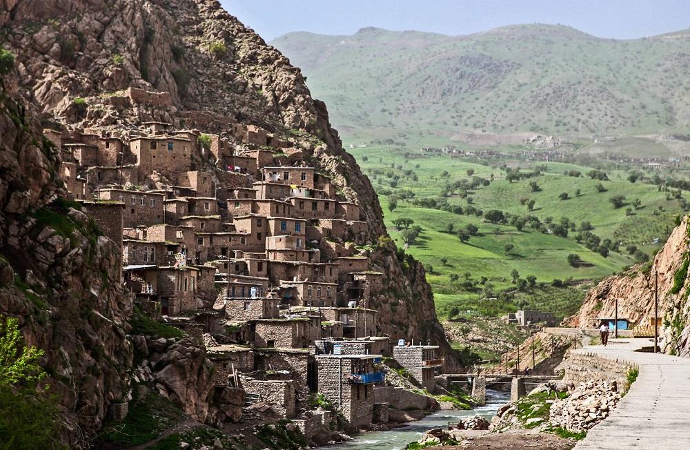 El pueblo de Palangan, en espectacular disposición en la ladera de la montaña, en el Kurdistán Iraní