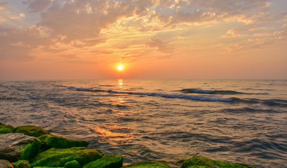 Preciosa puesta de sol desde Mahmudabad, en el Mar Caspio de Irán
