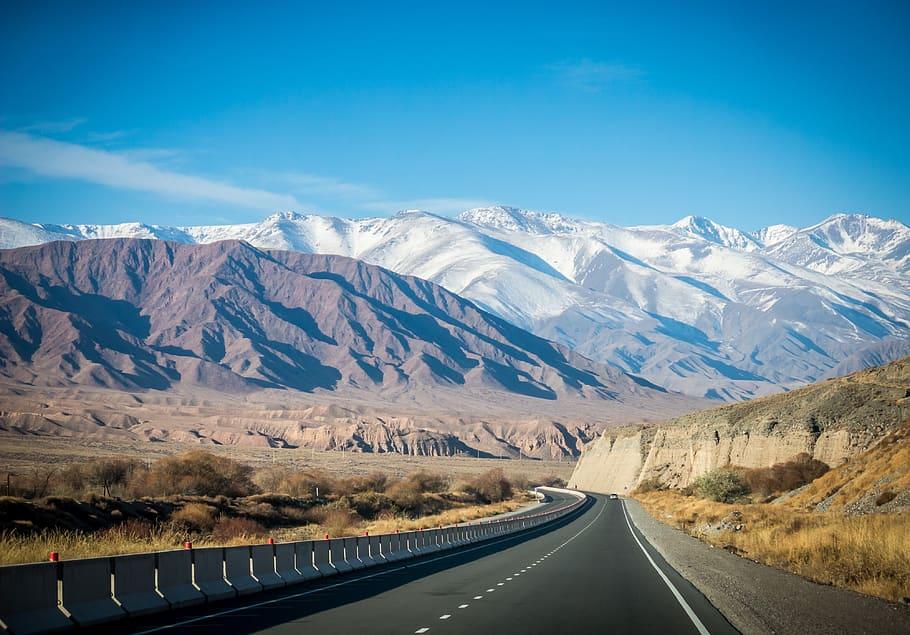Precioso paisajes de la Ruta de la Seda cuando atraviesas Asia Central