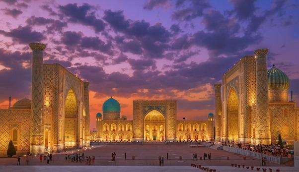 La famosa plaza del Registán, en Samarcanda, uno de los puntos más emblemáticos de la Ruta de la Seda